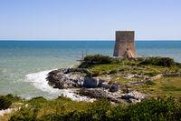 Trabucco mit Wachturm, Gargano, Italien