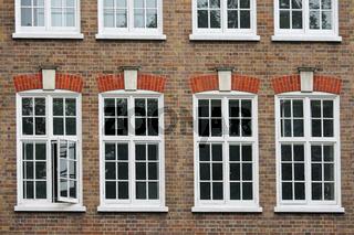 Weiße Fenster in Backsteinhaus