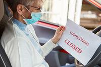 Geschlossen wegen Coronavirus auf Papier im Auto