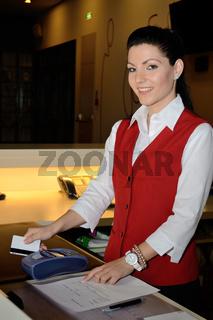 Rezeptionistin mit mobiler Bankomatkasse