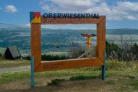 Blick vom Fichtelberg über Oberwiesenthal und das Tal