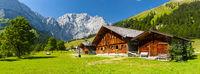 Panorama Landschaft mit Alm und Gebirge in Österreich