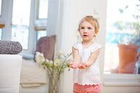 Kind hält Hände zum Auffangen