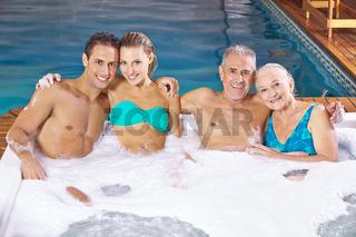 Zwei Paare im Whirlpool mit Schaum