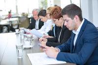 Geschäftsleute sitzen am Tisch im Konferenzraum