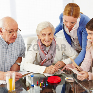 Familie mit Senioren beim Spielen