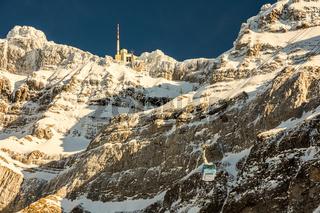 Die Gondel der Säntisbahn mit Blick auf den Säntis mit Bergstation im Winter, Schweiz