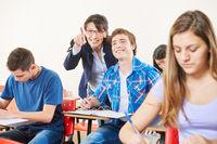 Lehrerin mit Schüler im Unterricht