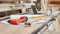 Bauplan auf Werkbank in Schreinerei