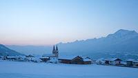 Verschneites Dorf mit Kirche