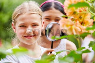 Kinder forschen mit Lupe in der Natur