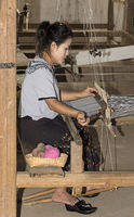 Junge Frau webt an einem traditionellen Lao-Thai Webstuhl, Ban Phanom, Laos