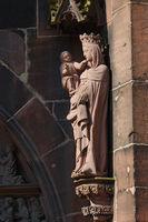 Stehende Muttergottes mit Kind am Münster in Freiburg