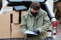 Subunternehmer von Paketdienst bringt Pakete zu Weihnachten
