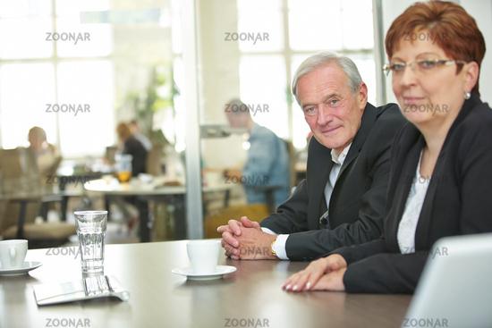 Geschäftsleute warten im Konferenzraum
