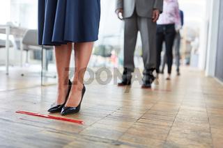 Mitarbeiter halten zwei Meter Abstand wegen Covid-19