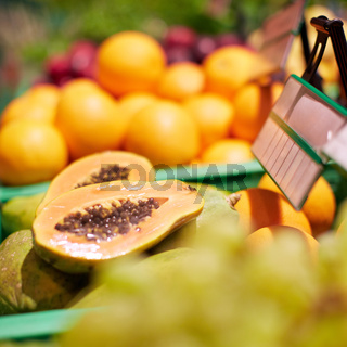 Papaya im Supermarkt