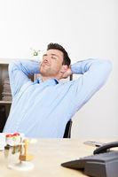 Entspannter Manager im Büro