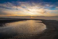 Sonnenuntergang am Strand mit wunderschönem Himmel