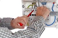 Elektrofachkraft arbeitet an Verteilungskasten