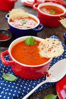 Tomatensuppe in kleinen Toepfchen