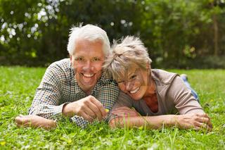 Glückliches Paar Senioren im Gras