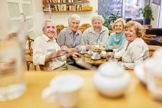 Senioren als Rentner und Freunde trinken zusammen Kaffee im Seniorenheim