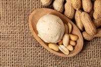 Kugel Erdnusseis oder Erdnussbuttereis von oben