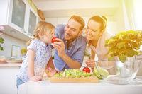 Familie isst frisches Gemüse im Sommer