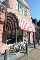 Fahrrad am Ziegelhaus mit Korbmarkise, Friesland