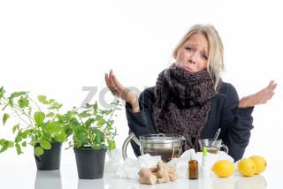 erkältete frau mit tee und heilkräutern