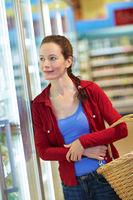 Frau schaut in Kühlregal