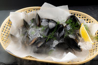 Raw Black mussel with lemon