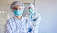 Arzt und Pfleger in Klinik mit Schutzkleidung wegen Coronavirus