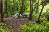 Führer, Träger und Touristen im ersten Lager am Lagerfeuer und in Zelten im Dschungel von Ketambe