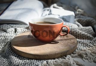 Kaffee gemütlich auf der Couch