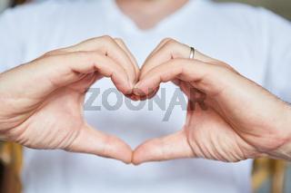 Frau formt ihre Hände zu einem Herz