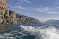 Bugwellen eines Ausflugsdampfers auf dem Gardasee