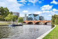 Moltkebrücke über die Spree vor dem Berliner Hauptbahnhof mit einem Ausflugsboot