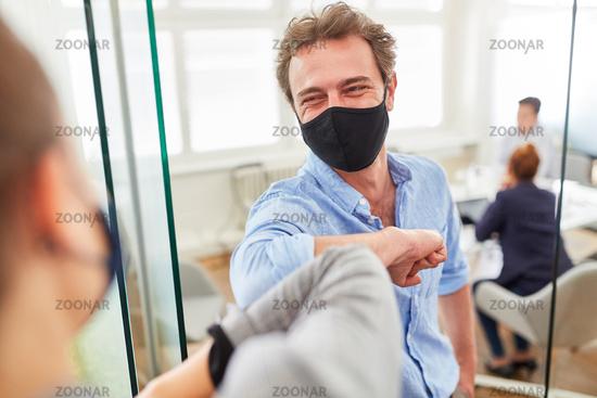 Zwei Business Kollegen mit Alltagsmaske