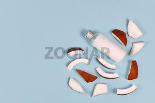 Kokosnuss Stücke und Flasche gefüllt mit Kokosöl