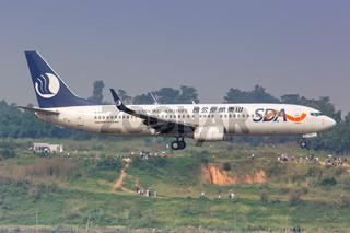 SDA Shandong Airlines Boeing 737-800 Flugzeug Flughafen Chengdu