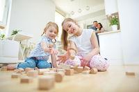Kinder werfen Bausteine um beim Spielen