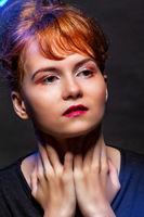 Schönes Mädchen im Rampenlicht  mit perfektem Make-up