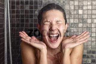 Frau reagiert auf kaltes Wasser überrascht