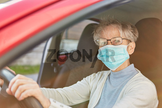 Seniorin als Covid-19 Risikogruppe mit Mundschutz