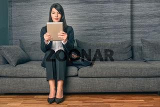 Geschäftsfrau liest auf einem Tablet PC
