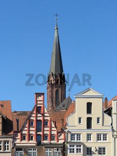 Lüneburg - Historische Giebel vor der St. Nicolai-Kirche, Deutschland