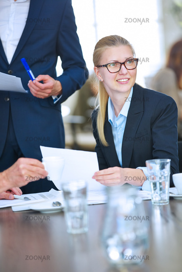 Geschäftsfrau bei Verhandlung im Meeting