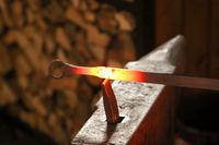 Schmied bearbeitet glühendes Material